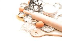 Ingrédients et péages de cuisson pour la pâte Farine, oeufs, goupille Images stock