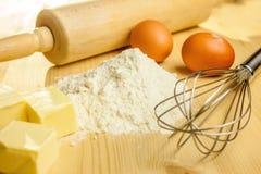 Ingrédients et ustensiles pour la cuisson Photographie stock libre de droits