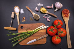 Ingrédients et ustensiles pour la cuisson Photos stock