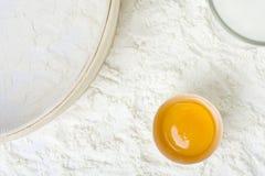 Ingrédients et vaisselle de cuisine crus de traitement au four Image libre de droits