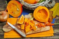 Ingrédients frais pour le soep de potiron avec la pomme, orange, carotte Photos libres de droits