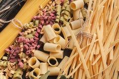 Ingrédients italiens colorés de pâtes et de cuisson sur la table en bois photographie stock libre de droits