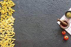 Ingrédients italiens de pâtes Copiez l'espace Photos stock