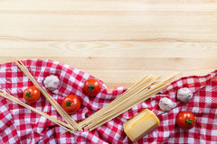 Ingrédients italiens de pâtes sur la table en bois Photos stock