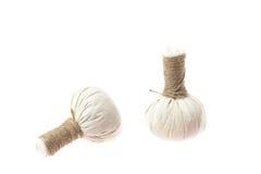 Ingrédients naturels de station thermale La boule de fines herbes de compresse et ingredien Image libre de droits