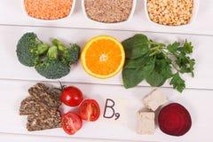 Ingrédients nutritifs contenant la vitamine B9, les minerais naturels et l'acide folique, concept sain de nutrition Photographie stock libre de droits