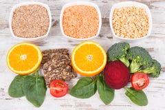 Ingrédients nutritifs contenant la vitamine B9, les minerais naturels et l'acide folique, concept sain de nutrition Photos libres de droits