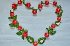 Ingrédients organiques crus pour la salade caprese ou le plat végétarien sain de régime Les tomates-cerises, basilic frais part,  images stock