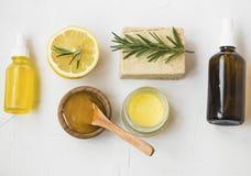 Ingrédients organiques de soins de la peau avec du miel de manuka, citron, romarin, huile de visage, baume d'onguent, savon natur photos stock