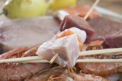 Ingrédients pour des brochettes de poissons Images stock