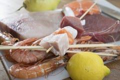 Ingrédients pour des brochettes de poissons Image stock