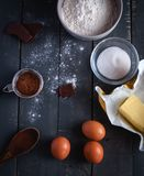 Ingrédients pour des 'brownie' de chocolat sur le fond foncé, vue supérieure photo stock