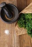 Ingrédients pour des puces de chou frisé d'en haut photographie stock libre de droits