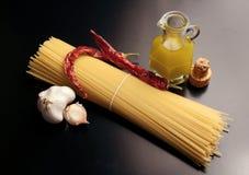 Ingrédients pour des spaghetti de `, aglio, ` de peperoncino de l'olio e photo libre de droits