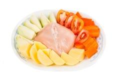 Ingrédients pour doubler les pommes de terre chinoises d'ébullition, carottes, soupe à tomates Images stock