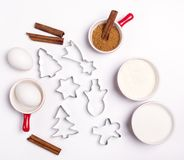 Ingrédients pour faire cuire des formes de pain d'épice de biscuits de pain d'épice de Noël et ingrédients sur le sucre blanc de  Photo libre de droits