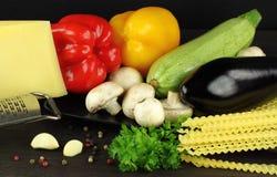 Ingrédients pour faire cuire des pâtes, nourriture italienne Photographie stock