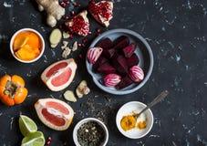 Ingrédients pour faire cuire l'élixir de detox de betterave et de gingembre Remboursement in fine Photo stock