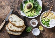 Ingrédients pour faire cuire l'avocat, épinards, salade d'oeufs sur le sandwich à pain grillé Le petit déjeuner sain de nourritur Image stock