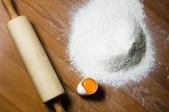 Ingrédients pour faire cuire la pâte sur une table en bois Images stock
