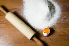 Ingrédients pour faire cuire la pâte sur une table en bois Photo stock