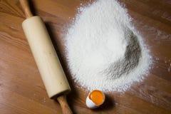 Ingrédients pour faire cuire la pâte sur une table en bois Photo libre de droits