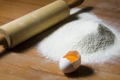 Ingrédients pour faire cuire la pâte sur une table en bois Photographie stock libre de droits