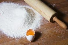 Ingrédients pour faire cuire la pâte sur une table en bois Images libres de droits