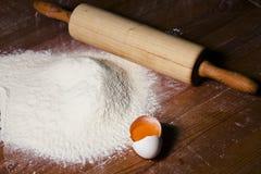 Ingrédients pour faire cuire la pâte sur une table en bois Photos stock