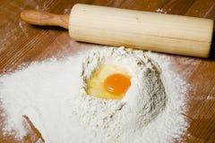 Ingrédients pour faire cuire la pâte sur une table en bois Photos libres de droits