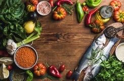 Ingrédients pour faire cuire le dîner sain Poissons crus crus de bar avec des légumes, des grains, des herbes et des épices au-de Photo libre de droits