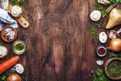 Ingrédients pour faire cuire les lentilles vertes avec des champignons et des légumes, des épices et des herbes, fond en bois de  image libre de droits