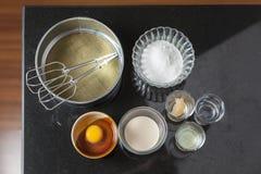 Ingrédients pour faire le gâteau d'ouate Photos stock