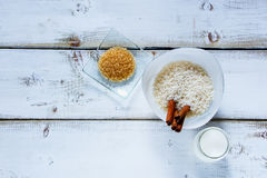 Ingrédients pour faire le riz au lait Photographie stock libre de droits