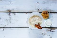 Ingrédients pour faire le riz au lait Photos libres de droits