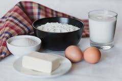 Ingrédients pour faire les crêpes faites maison photo libre de droits