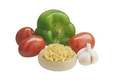 Ingrédients pour la cuisson : pâtes, poivrons verts, tomates, ail Photographie stock