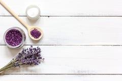 Ingrédients pour la fabrication des cosmétiques naturels avec la vue supérieure de lavande Photos stock