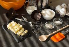 Ingrédients pour la pâte, les dispositifs et les ustensiles, sur la surface de travail images libres de droits