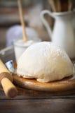 Ingrédients pour la pâte sur la table en bois blanche photos stock