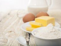 Ingrédients pour la préparation des produits de boulangerie images stock