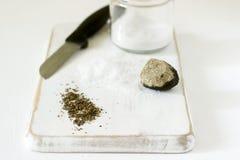 Ingrédients pour la préparation du sel de truffe, de la truffe et du sel sur un fond blanc Type rustique photos stock
