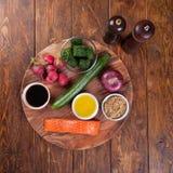 Ingrédients pour la salade avec les saumons et le radis grillés Photographie stock libre de droits