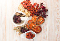Ingrédients pour la soupe de fines herbes chinoise, dessus de vue Image stock