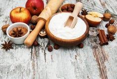 Ingrédients pour la tarte aux pommes Images stock