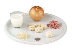 Ingrédients pour le carbonara de Gnocchi images libres de droits