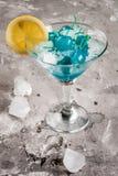 Ingrédients pour le cocktail alcoolique bleu photographie stock libre de droits