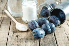 Ingrédients pour le fond de Plum Sugar Water Wooden de confiture de prune photos libres de droits