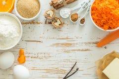 Ingrédients pour le gâteau à la carotte de cuisson images stock