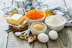 Ingrédients pour le gâteau à la carotte de cuisson Photo stock